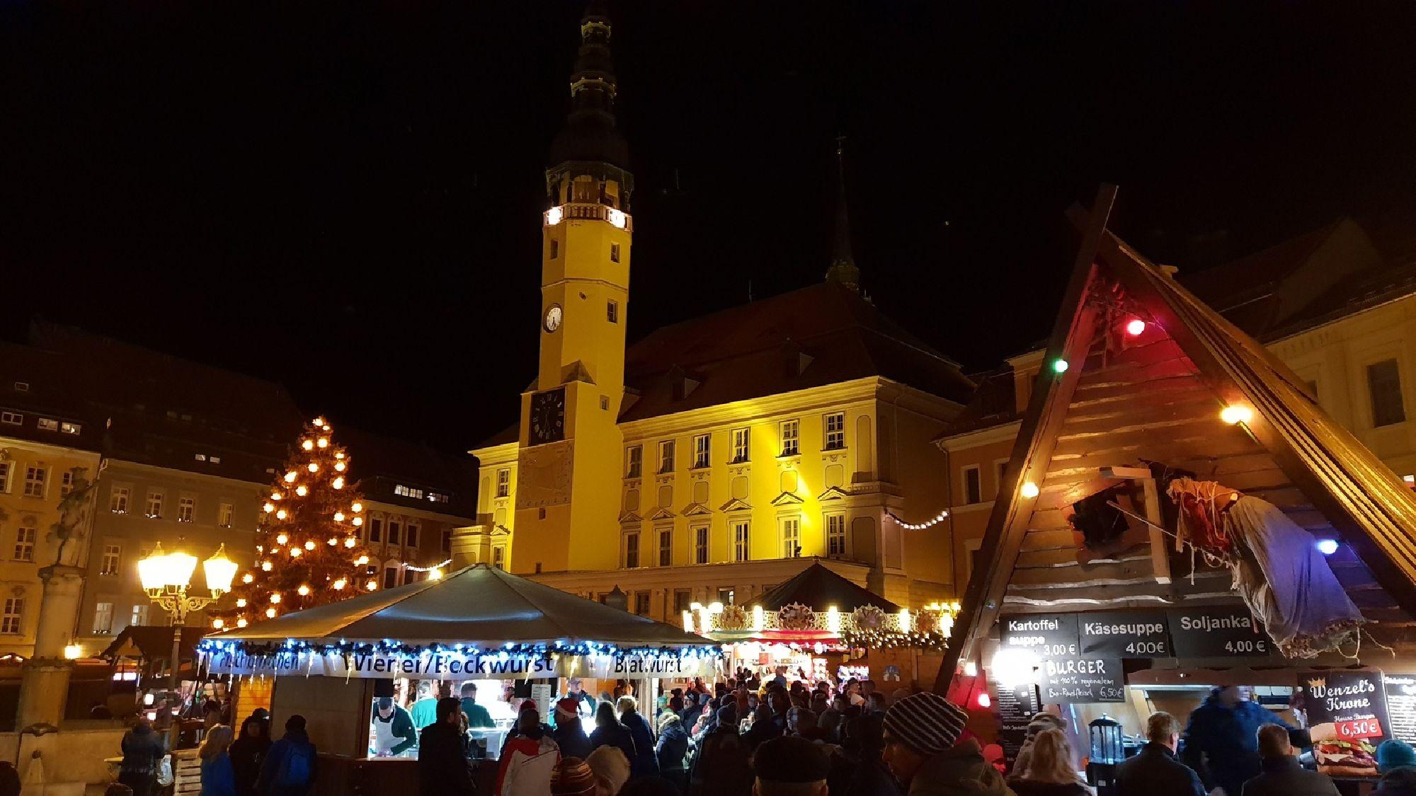 Blick auf den Bautzner Wenzelsmarkt am Rathaus