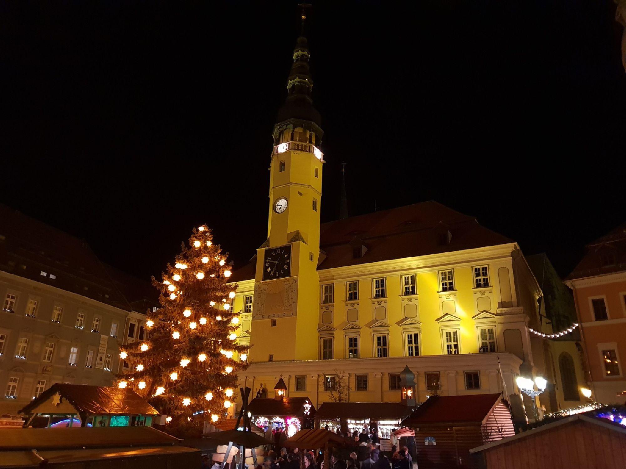 Weihnachtsbaum vor dem Rathaus auf dem Wenzelsmarkt
