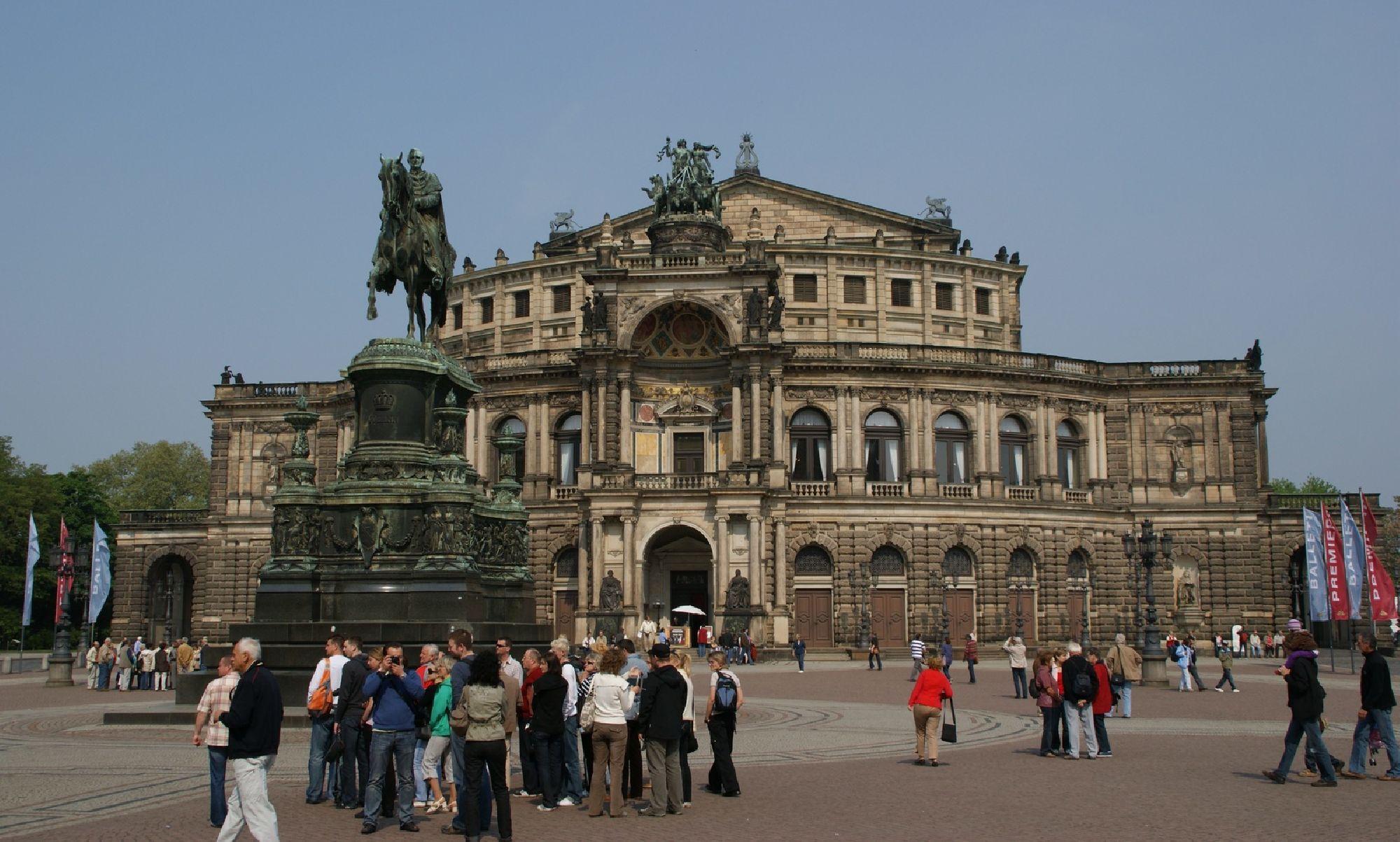 König-Johann-Denkmal mit Semperoper